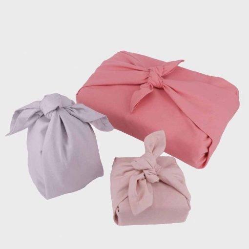 Genanvendelig gaveindpakning i rosa farver